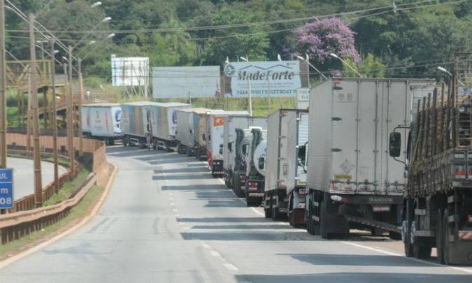 Após pronunciamento de Temer, caminhoneiros prometem continuar paralisação