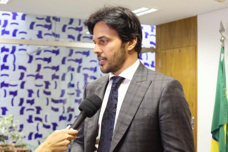 Fábio Faria anuncia que vai implantar transmissão de rádio via celular