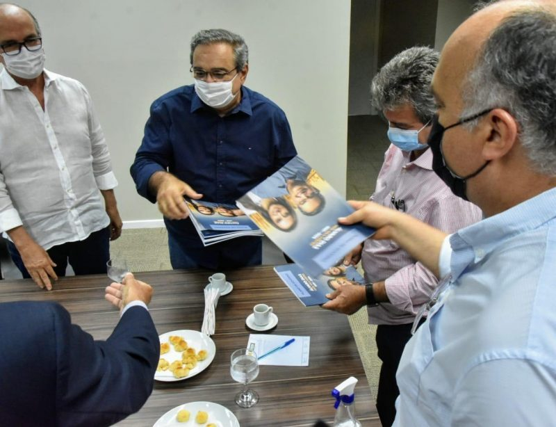 Álvaro Dias entrega Plano de Governo à Fiern