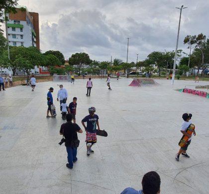 """Prefeitura entrega novo Skate Park após reforma na """"praça do Disco Voador"""" em Ponta Negra"""